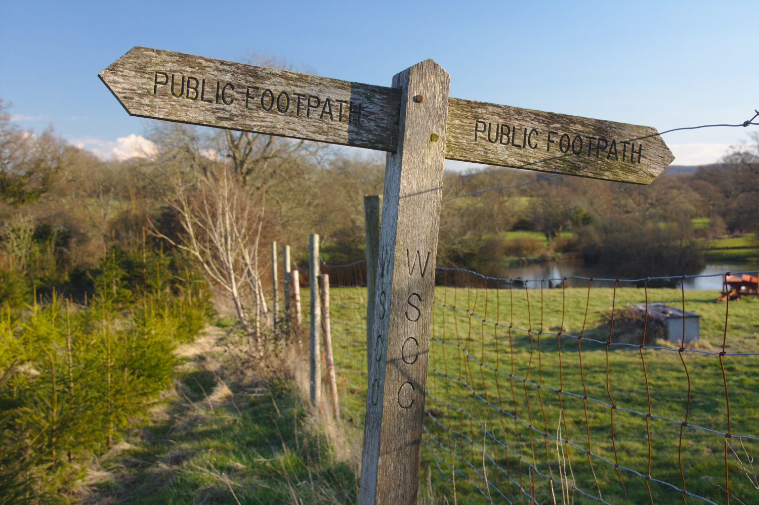 Footpath sign near farmhouse